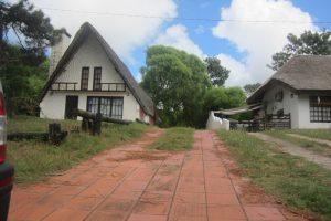 Casa-Cabaña más otra vivienda al fondo en Cuchilla Alta Ref Y 111